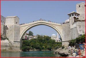 Puente de arco Bosnia